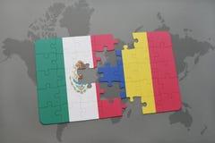 déconcertez avec le drapeau national du Mexique et de la Roumanie sur un fond de carte du monde Photographie stock libre de droits