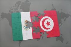 déconcertez avec le drapeau national du Mexique et de la Tunisie sur un fond de carte du monde Photo libre de droits