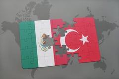 déconcertez avec le drapeau national du Mexique et de la Turquie sur un fond de carte du monde Photos libres de droits