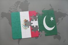 déconcertez avec le drapeau national du Mexique et du Pakistan sur un fond de carte du monde Photo libre de droits