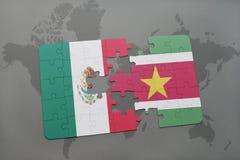 déconcertez avec le drapeau national du Mexique et du Surinam sur un fond de carte du monde Image libre de droits