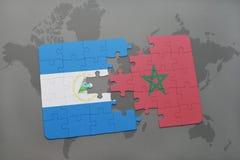 déconcertez avec le drapeau national du Nicaragua et du Maroc sur une carte du monde Photographie stock libre de droits