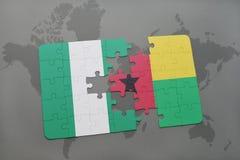 déconcertez avec le drapeau national du Nigéria et de la Guinée-Bissau sur une carte du monde Photos stock