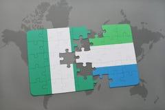 déconcertez avec le drapeau national du Nigéria et de la Sierra Leone sur une carte du monde Images stock