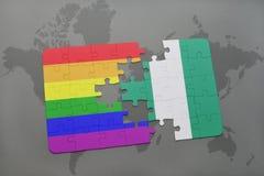 déconcertez avec le drapeau national du Nigéria et le drapeau gai d'arc-en-ciel sur un fond de carte du monde illustration stock