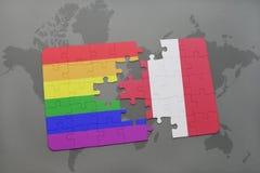 déconcertez avec le drapeau national du Pérou et le drapeau gai d'arc-en-ciel sur un fond de carte du monde Image stock