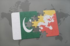 déconcertez avec le drapeau national du Pakistan et du Bhutan sur un fond de carte du monde Photographie stock