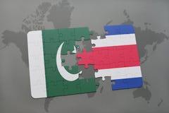 déconcertez avec le drapeau national du Pakistan et du Costa Rica sur un fond de carte du monde Photo stock