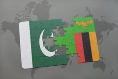 déconcertez avec le drapeau national du Pakistan et de la Zambie sur un fond de carte du monde Photo libre de droits