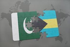 déconcertez avec le drapeau national du Pakistan et des Bahamas sur un fond de carte du monde Images libres de droits