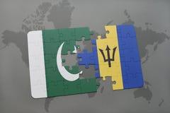 déconcertez avec le drapeau national du Pakistan et des Barbade sur un fond de carte du monde Images stock