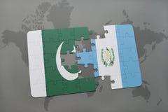 déconcertez avec le drapeau national du Pakistan et du Guatemala sur un fond de carte du monde Photos libres de droits