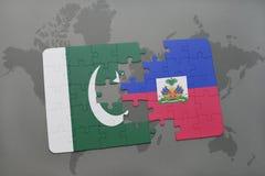 déconcertez avec le drapeau national du Pakistan et du Haïti sur un fond de carte du monde Image libre de droits