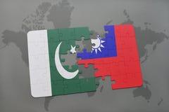 déconcertez avec le drapeau national du Pakistan et du Taiwan sur un fond de carte du monde Photo libre de droits