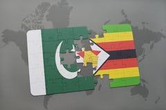 déconcertez avec le drapeau national du Pakistan et du Zimbabwe sur un fond de carte du monde Photo libre de droits