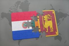 déconcertez avec le drapeau national du Paraguay et du Sri Lanka sur une carte du monde Photos stock
