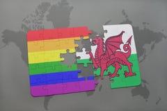 déconcertez avec le drapeau national du Pays de Galles et le drapeau gai d'arc-en-ciel sur un fond de carte du monde Photo stock