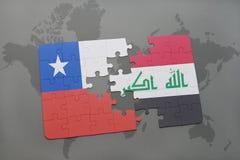 déconcertez avec le drapeau national du piment et de l'Irak sur un fond de carte du monde Image libre de droits