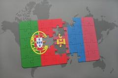 déconcertez avec le drapeau national du Portugal et de la Mongolie sur un fond de carte du monde Photos libres de droits