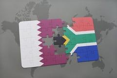 déconcertez avec le drapeau national du Qatar et de l'Afrique du Sud sur un fond de carte du monde Image libre de droits