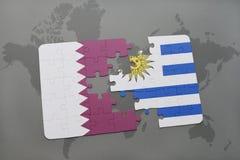 déconcertez avec le drapeau national du Qatar et de l'Uruguay sur un fond de carte du monde Photo stock