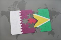 déconcertez avec le drapeau national du Qatar et de la Guyane sur un fond de carte du monde Image libre de droits