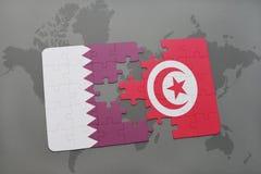 déconcertez avec le drapeau national du Qatar et de la Tunisie sur un fond de carte du monde Image stock