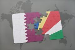 déconcertez avec le drapeau national du Qatar et des Seychelles sur un fond de carte du monde Photo libre de droits