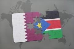 déconcertez avec le drapeau national du Qatar et des sud Soudan sur un fond de carte du monde Photos stock