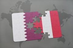 déconcertez avec le drapeau national du Qatar et du Pérou sur un fond de carte du monde Photo stock