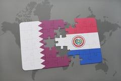 déconcertez avec le drapeau national du Qatar et du Paraguay sur un fond de carte du monde Photos libres de droits