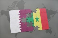 déconcertez avec le drapeau national du Qatar et du Sénégal sur un fond de carte du monde Photographie stock
