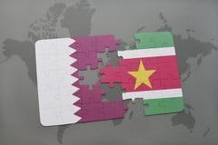 déconcertez avec le drapeau national du Qatar et du Surinam sur un fond de carte du monde Image stock