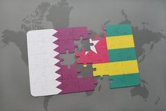 déconcertez avec le drapeau national du Qatar et du Togo sur un fond de carte du monde Photos stock
