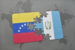 déconcertez avec le drapeau national du Venezuela et du Guatemala sur un fond de carte du monde Photographie stock