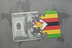 déconcertez avec le drapeau national du Zimbabwe et du billet de banque du dollar sur un fond de carte du monde Photos stock