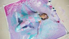 Décoré de la fille de yoga de peinture s'étendant sur elle de retour sur la peinture banque de vidéos