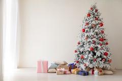 Décor à la maison blanc de cadeaux de nouvelle année d'hiver d'arbre de Noël photos stock