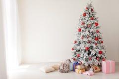 Décor à la maison blanc de cadeaux de nouvelle année d'hiver d'arbre de Noël photos libres de droits