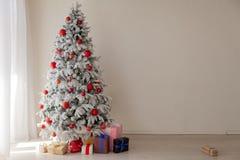 Décor à la maison blanc de cadeaux de nouvelle année d'hiver d'arbre de Noël photographie stock