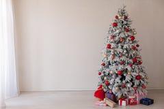Décor à la maison blanc de cadeaux de nouvelle année d'hiver d'arbre de Noël image libre de droits