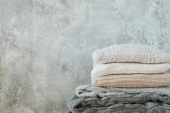 Décor à la maison minable de plaid de couverture de jet tricoté par pile images libres de droits
