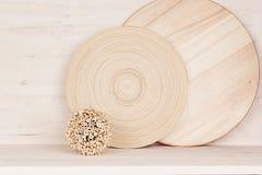 Décor à la maison mou de plat et de tiges en bois sur le fond en bois blanc Photographie stock libre de droits