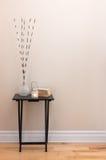 Décor à la maison, peu de table avec des décorations Image libre de droits