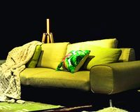 Décor à la maison Style de Hugge Sofa vert avec le plaid tricoté photos libres de droits
