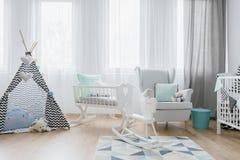 Décor amical de pièce de bébé dans blanc et bleu photographie stock libre de droits