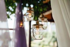 Décor d'ampoule dans la cérémonie l'épousant extérieure images stock