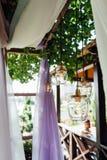 Décor d'ampoule dans la cérémonie l'épousant extérieure photos stock