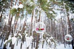 Décor d'hiver pour un mariage Composition florale des roses rouges Photographie stock
