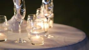 Décor de cérémonie de soirée de mariage, table avec des bougies et verres de champagne banque de vidéos